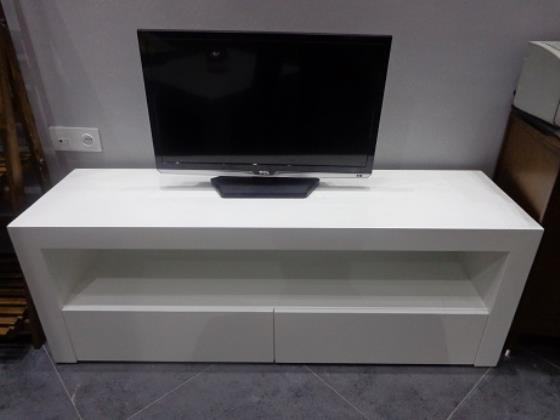 میز تلویزیون در طرحها و رنگهای مختلف و با چوب بلوط و یا ام دی اف