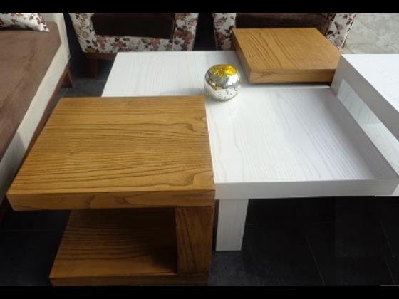 میز مربع جلو مبلی با عسلی از جنس چوب ون رنگ وایت واش و گردویی