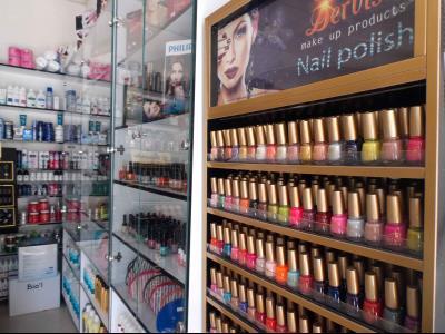 فروشگاه آرایشی شیک / متجر مکیاج أنیق فی المشهد